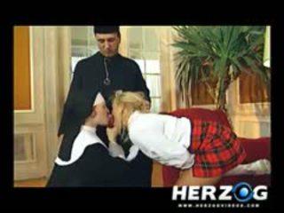 Bavarian κορίτσι του σχολείου και καλόγρια banged σκληρά με priest