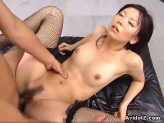 Sexy satomi maeono gefickt auf ein couch