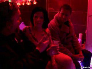 Seductive brunette prostituee shags met geil jong stag