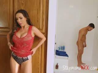 Ibu tiri seduces dan sucks lover dari stepdaughter