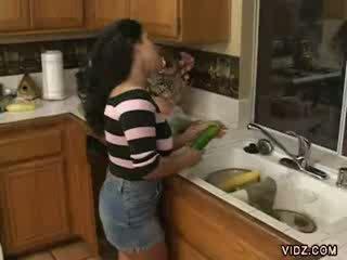 Geil prostituee jams vegetables in haar nauw poesje