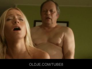 Дебели стар мъж gets fucks горещ млад блондинки