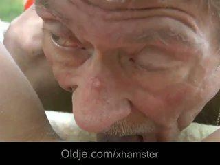 Scrawny starý člověk does anální 21 sexy longhaired blondýnka