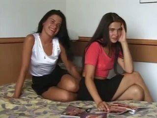 Reale e caldi twin sisters got nudo