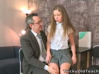 Sara looks zo innocent wanneer ze walks in de teachers kantoor