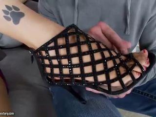 brunetta, feticismo del piede, gambe sexy