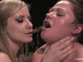 ผู้หญิงสวย gets humiliated โดย เมียน้อย ใน ถุงน่อง