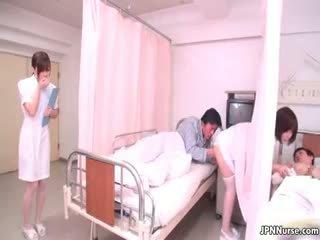 Kecil warga jepun jururawat giving yang menghisap zakar part4