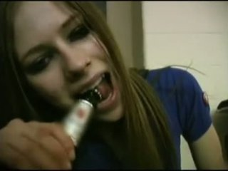 Avril lavigne flashing ブラジャー.