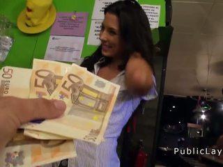 Natakarica fukanje v javno bar za denar