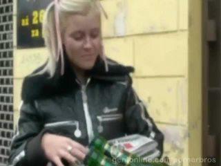 Söt tjeckiska bystiga baben alexa djärv körd i en kåta video-