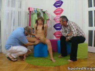 Spoiled virgins: rosyjskie dziewczyna has jej młody virgin cipka checked.