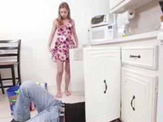 Sydney gets līdz jāšanās a ļoti karstās plumber es the virtuve