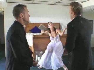Nóng cô dâu đến được gets trong một steamy có ba người video