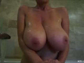 Groß titty milf kelly madison takes sie tatas für ein bath