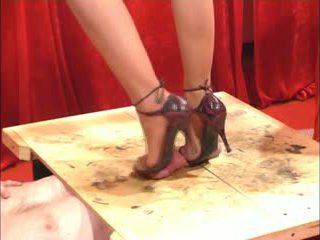 S čevlji z nogo