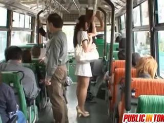 Yuu asakura avec une bite sur la bus