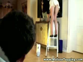Opruimen huisvrouw op ladder gives peek