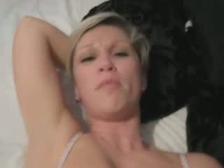 Kurz haired blond milf gets creampied