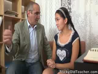 Tricky oud perv leraar persuades aziatisch cutie naar zuigen zijn lul