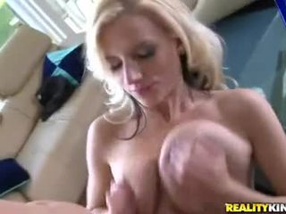 Gros seins haley cummings uses son heavenly globes à secousse thick rod