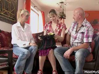Hot mamma og pappa ( parents) gjøre deres datter naken og ha sex