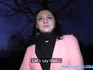 Publicagent أسود haired فتاة fucks إلى الحصول على fake modelling عقد