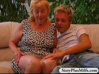 Γκόμενα αγόρι γαμήσι γριά πόρνη