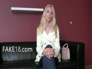Babeage kvinne enjoying fake agent tunge