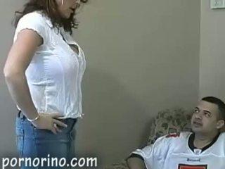 Hot milf mamma suging og stroking sønn til sæd