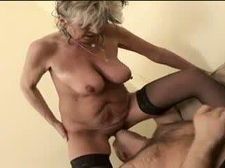 Seksi perempuan tua alena sits di muka dan takes sebuah besar satu
