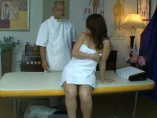 Mladý manželka reluctant orgazmus počas zdravie masáž