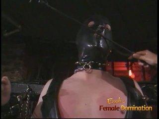 Keriting lelaki dalam yang topeng enjoys being spanked oleh an warga asia