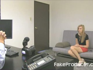 Lang blondine alexa grace zuigen af fakeproducer en swallowing sperma