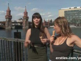 Nás turista holky having zábava a filming sami v germany video