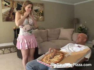 Mignonne brunette doing pipe et titsjob pour pizza guy avec pizza sur