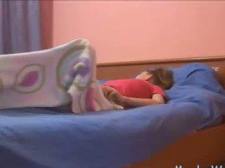 Sleepy ティーン rubbing 彼女の クリトリス