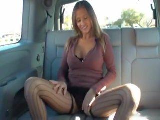 Hotwiferio pievilcīgas wifey doing handjob par stranger par the aizmugurējais sēdeklis no husbands automašīna