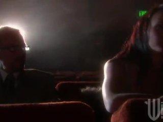 Melnādainas haired goes līdz the kinoteātris par a band iebrukt