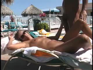 Nóng giới tính trong công khai poolside