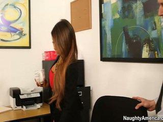Oustanding jug chief madison ivy receives employee banaan in haar kantoor