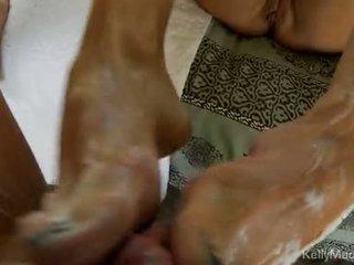 Kelly madison strokes impure cleft এবং jerks উপর একটি মোটা knob