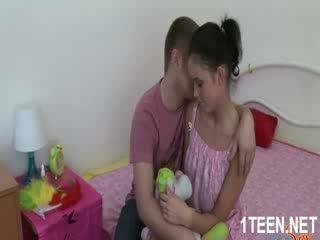 Meztelen forró lány gets cicik sucked és szopás