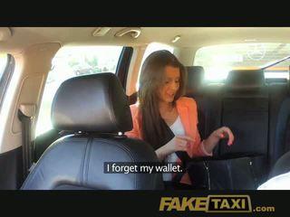 Faketaxi তরুণ বালিকা pounded থেকে করা উপর জন্য taxi fare