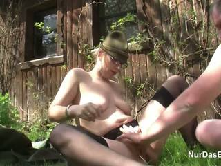 Duits milf verleiden naar neuken openlucht in bos door lelijk man