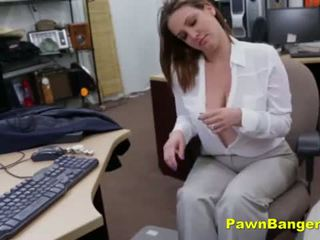 Grand titty mère sells son seins et chatte pour pognon