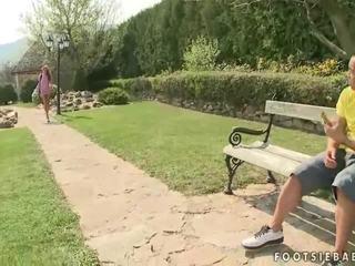 Cindy cerēt having footsie jautrība ārā