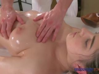 Massage rooms heet brunette has squirting orgasme voor goed neuken