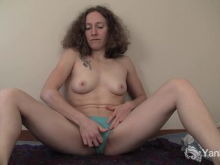 Curly haired nina بالإصبع لها slick quim