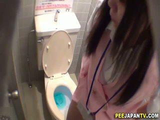 Asiática zorra pees en lavabo